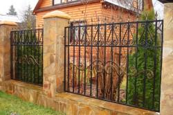 Забор из камня и кованой ограды