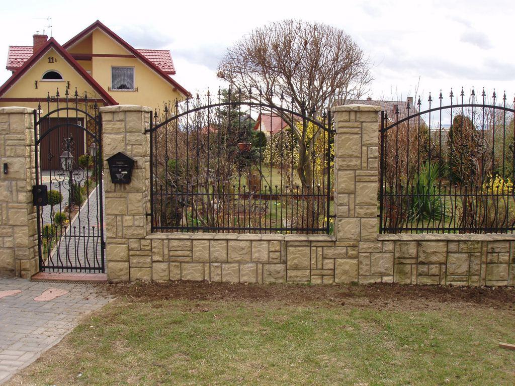 Кованый забор с красивыми столбами