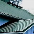 как стелить профнастил на крышу