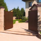 Распашные ворота в каменном заборе