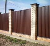 Забор кирпичные столбы и профлист