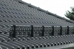 Крыша покрытая металлочерепицей с одним из видов снегозадержателей